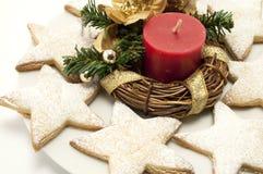 Weihnachtsstern-Plätzchen und Kerze Stockfotografie