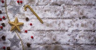 Weihnachtssterne und -verzierung auf Schnee Stockbild