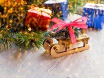 Weihnachtsstillleben eines Spielzeugschlittens, Weinlesefoto, Geschenke für Weihnachten auf hölzernem Schlitten, fröhlicher Weihn lizenzfreie stockbilder