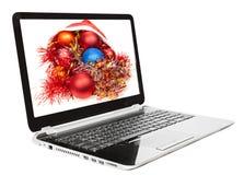 Weihnachtsstillleben mit den roten und blauen Bällen auf Laptop Stockfotos
