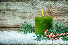 Weihnachtsstillleben mit einer brennenden Kerze Lizenzfreie Stockfotos