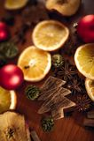 Weihnachtsstillleben mit Frucht und Gewürzen stockfoto