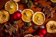 Weihnachtsstillleben mit Frucht und Gewürzen stockbild