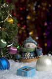 Weihnachtsstillleben mit Geschenk und Höhepunkten im Hintergrund Stockfoto