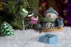 Weihnachtsstillleben mit Geschenk und Höhepunkten im Hintergrund Lizenzfreies Stockbild