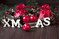 Weihnachtsstillleben mit hellen Symbolen Lizenzfreies Stockfoto