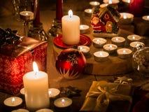 Weihnachtsstillleben mit Kerzen unterschiedlicher Größe und Form, d Lizenzfreies Stockbild