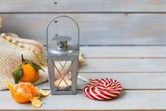 Weihnachtsstillleben mit Laterne, Plaid, Lutscher, Tangerine Stockbilder