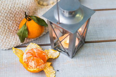 Weihnachtsstillleben mit Laterne, Plaid, Tangerine und rotem bea Stockfotos