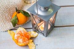 Weihnachtsstillleben mit Laterne, Plaid, Tangerine und rotem bea Lizenzfreies Stockbild