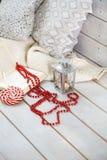 Weihnachtsstillleben mit Laterne und roten Perlen auf hölzernem backgr Stockfoto