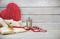 Weihnachtsstillleben mit Laterne und roten Perlen auf hölzernem backgr Lizenzfreies Stockfoto
