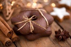 Weihnachtsstillleben mit Lebkuchensternen und -gewürzen Lizenzfreie Stockbilder
