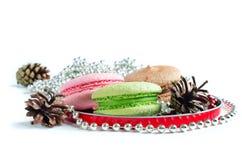 Weihnachtsstillleben mit Makronen und Tannenzapfen Stockbilder