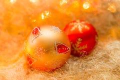 Weihnachtsstillleben mit Weihnachtsbällen im warmen orange Ton Lizenzfreie Stockbilder
