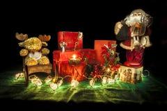 Weihnachtsstilllebenzusammensetzung auf einer grünen Tischdecke Lizenzfreie Stockfotos