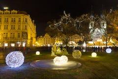 Weihnachtsstimmung auf dem Nachtalten Marktplatz, Prag, Tschechische Republik lizenzfreie stockbilder