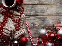 Weihnachtsstimmungsfeiertagszusammenstellungsdekor-Holz bal lizenzfreie stockfotos