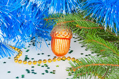 Weihnachtsstoß unter dem Weihnachtsbaum mit dekorativer Verzierung Lizenzfreies Stockfoto