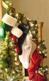 Weihnachtsstrümpfe auf Geländer Stockfotografie