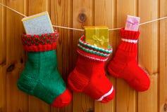 Weihnachtsstrümpfe auf hölzerner Wand Lizenzfreies Stockfoto