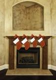 Weihnachtsstrümpfe auf Kaminsims Lizenzfreies Stockfoto