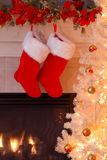 Weihnachtsstrümpfe durch den Kamin Stockfoto