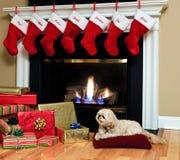 Weihnachtsstrümpfe durch den Kamin Stockfotos