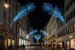Weihnachtsstraßendekorationen auf neuer Bondstraße in London Großbritannien Lizenzfreie Stockfotos