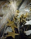 Weihnachtsstraßendekorationen, die ein Sterndesign kennzeichnen Lizenzfreie Stockfotos