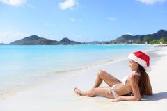 Weihnachtsstrandfrau in Sankt-Hut an den Feiertagen Lizenzfreies Stockbild