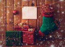 Weihnachtsstrumpf, Grußkarte und Geschenke Abbildung der roten Lilie Stockbilder