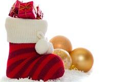 Weihnachtsstrumpf mit den Dekorationen lokalisiert auf Weiß Stockfotografie