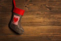 Weihnachtsstrumpf, Socke, die über Schmutz-hölzernem Hintergrund hängt, lizenzfreie stockfotos