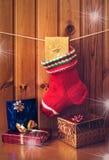 Weihnachtsstrumpf und -geschenke Abbildung der roten Lilie Lizenzfreies Stockbild