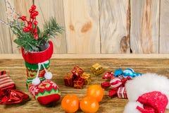 Weihnachtsstrumpfstand auf einer verkratzten Holzoberfläche Von es Stockfoto
