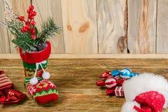Weihnachtsstrumpfstand auf einer verkratzten Holzoberfläche Von es Stockbild