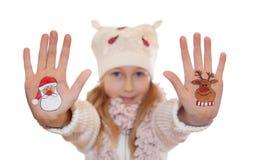 Weihnachtssymbole gemalt auf Händen Abstraktes Hintergrundmuster der weißen Sterne auf dunkelroter Auslegung Stockfotos