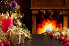 Weihnachtsszene mit Kamin und Weihnachtsbaum im backgro Lizenzfreie Stockbilder