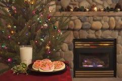 Weihnachtsszene mit Plätzchen und Milch Stockbilder