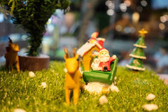 Weihnachtsszene mit Rotwild und Weihnachtsmann Stockfoto