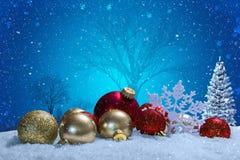 Weihnachtsszene mit Verzierungen und Schnee stockfotos