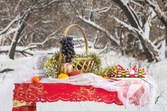Weihnachtstabelle im Winterwald Stockbilder