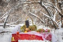 Weihnachtstabelle im Winterwald Stockbild