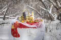 Weihnachtstabelle im Winterwald Stockfotografie
