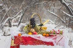 Weihnachtstabelle im Winterwald Lizenzfreie Stockfotos