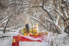 Weihnachtstabelle im Winterwald Lizenzfreie Stockfotografie