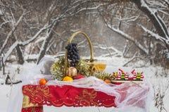 Weihnachtstabelle im Winterwald Stockfotos
