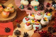Weihnachtstabelle mit Bonbons Lizenzfreie Stockbilder