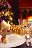 Weihnachtstabelle mit Kamin und Weihnachtsbaum im backgro Stockfoto